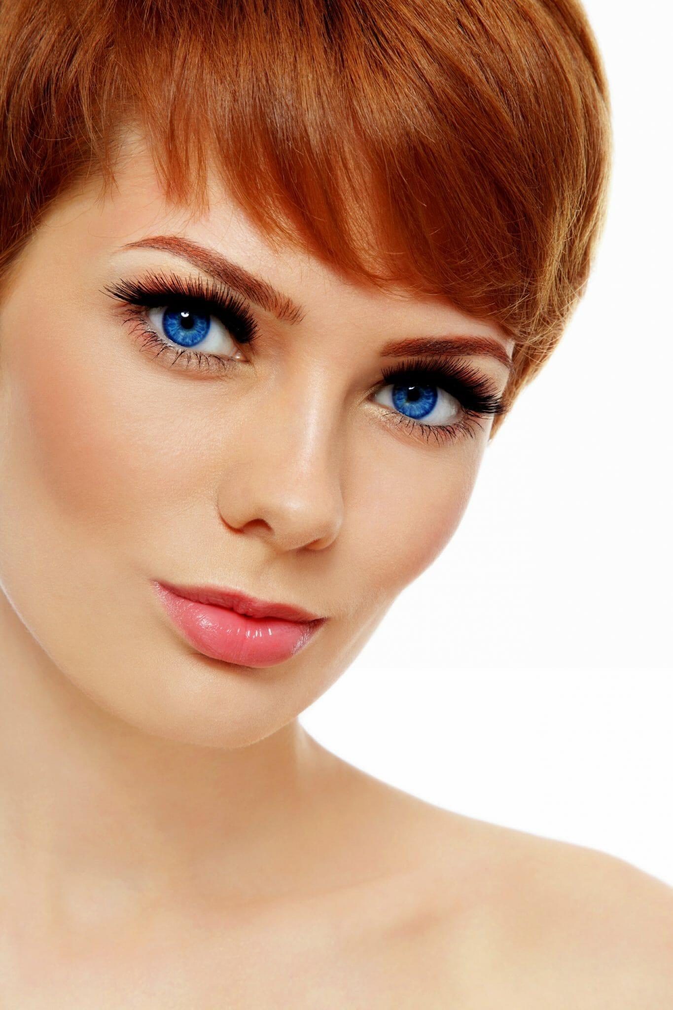 Klassiset ripsipidennykset Kauneushoitola BellaHelena Oulu Finland Red Head Woman with Stunning Eyelash extensions