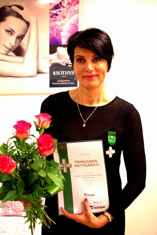 Helena Tauriaiselle pronssinen yrittäjristi BellaHelena asiakasillassa 03.11.2017 Helena & Paris Oy Suomi 100 Finland